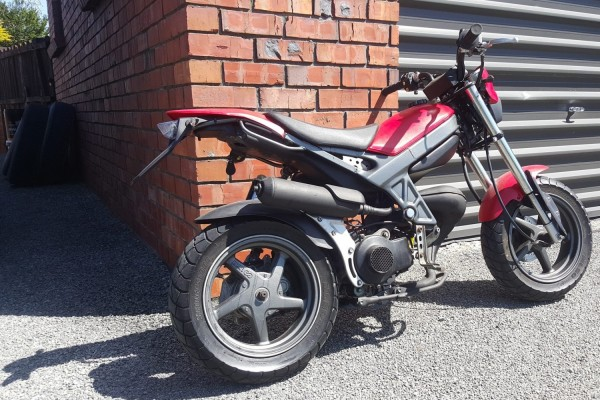 Motorcycle suzuki street magic tr50