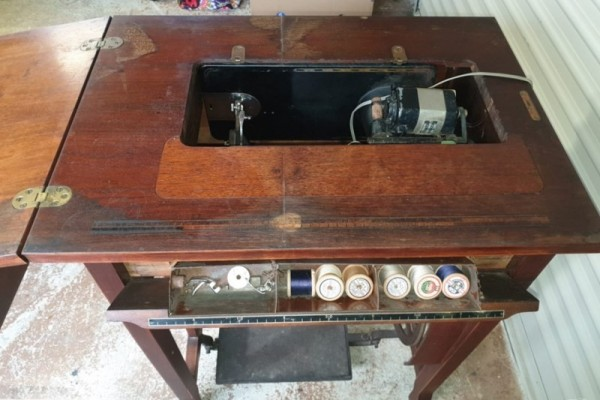 Antique Singer Sewing Machine/Cabinet