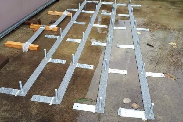Dog agility weave poles. 4 metal bases and 24 x 1m PVC poles
